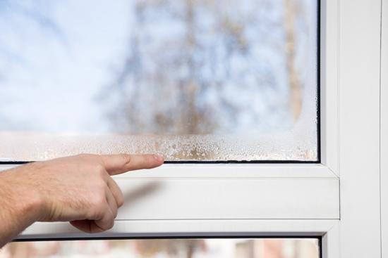 nieprawidlowa-wentylacja-wilgoc-na-oknie